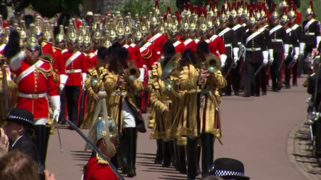 vidéos et rushes de exterior shots of a household cavalry band marching past windsor castle during the order of the garter service on 18 june 2018 in windsor united... - service religieux
