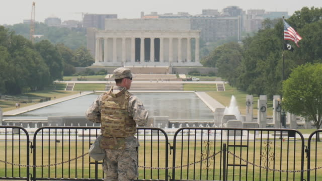 exterior shots of a members of the district of columbia army national guard standing guard on the other side of the lincoln memorial reflecting pool... - lincoln memorial stock videos & royalty-free footage