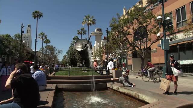 exterior shots of a metal fountain statue depicting a rhino on santa monica boulevard on april 07, 2014 in los angeles, california. - darstellen stock-videos und b-roll-filmmaterial