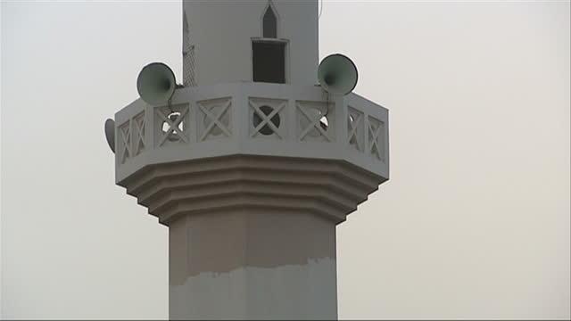 vídeos de stock, filmes e b-roll de exterior shots of a mosque minaret at a madrassa in karachi, pakistan, with crescent half moon on top minaret of mosque tower in karachi, pakistan on... - madressa