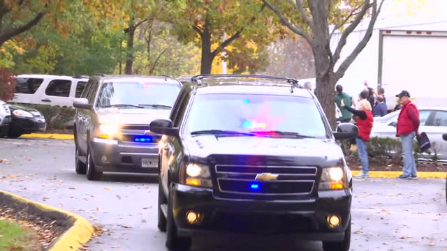 stockvideo's en b-roll-footage met exterior shots of a motorcade carrying melania trump drives from a philadelphia campaign event on november 03 2016 in philadelphia pennsylvania - presidentsverkiezing