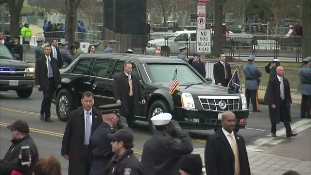 stockvideo's en b-roll-footage met exterior shots of a motorcade carrying president elect donald trump en route to the white house on january 20 2017 in washington dc - presidentsverkiezing