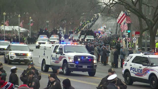 exterior shots of a motorcade carrying president elect donald trump en route to the white house on january 20 2017 in washington dc - 大統領選挙点の映像素材/bロール