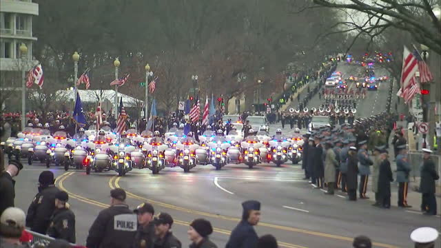 vídeos de stock, filmes e b-roll de exterior shots of a motorcade carrying president elect donald trump en route to the white house on january 20 2017 in washington dc - tomada de posse