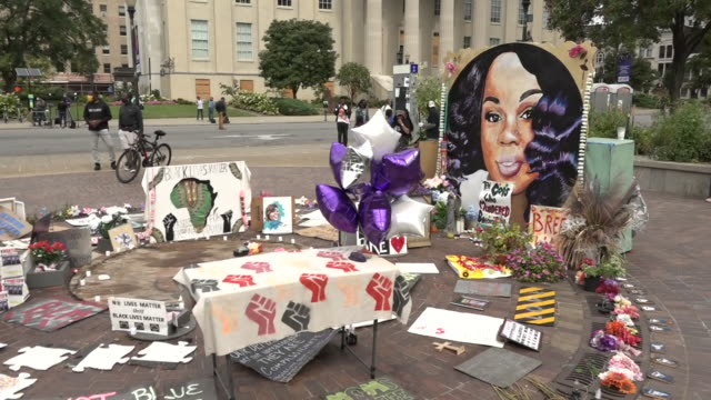 exterior shots of a mural, flowers and pictures left at a memorial for breonna taylor on the 24th september 2020 in louisville, kentucky, usa - 追悼行事点の映像素材/bロール