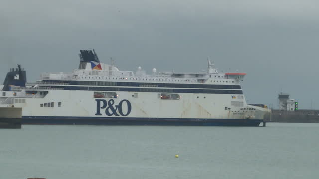 vídeos y material grabado en eventos de stock de exterior shots of a p&o ferry docked at dover port and a dfds ferry sailing out of port and out to sea on october 27, 2017 in dover, england. - terminal de ferry