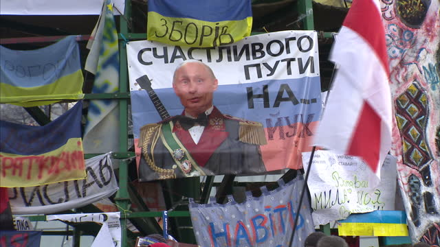 exterior shots of a poster mocking russian president vladimir putin and anti russia protesters in independence square kiev protesters gathered in... - ukraine stock-videos und b-roll-filmmaterial