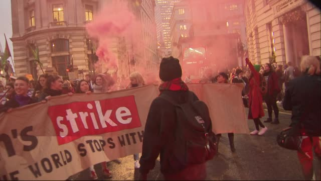 vidéos et rushes de exterior shots of a protest march by sex industry workers through central london on international women's day on 8 march 2019 in london, united... - droits de l'homme