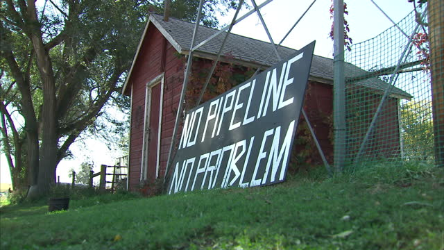exterior shots of a protest sign against the controversial proposed new keystone xl oil pipeline project reading 'no pipeline no problem' on... - willie nelson stock-videos und b-roll-filmmaterial