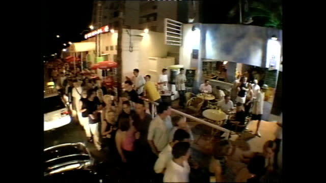 vidéos et rushes de exterior shots of a queue of clubbers waiting to get into eden nightclub on 30 june 2001 in ibiza, spain - sortir en boîte de nuit