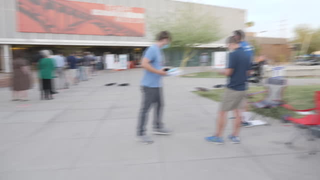 vídeos de stock e filmes b-roll de exterior shots of a queue of voters at a polling station casting votes in the presidential election on 3 november 2020 in phoenix, arizona, united... - arizona
