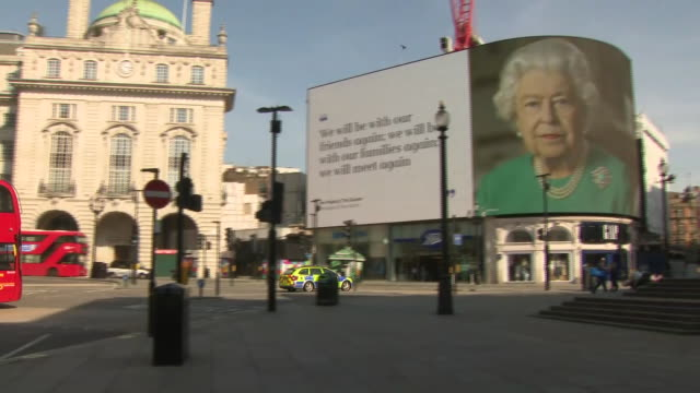 vídeos de stock, filmes e b-roll de exterior shots of a quiet piccadilly circus and queen elizabeth's message displayed on the digital billboards on 10 april 2020 piccadilly circus... - picadilly