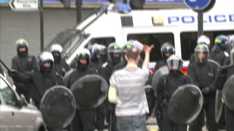 exterior shots of a rioter trying to provoke riot police, riot police charging in formation during the london riots on august 8, 2011 in hackney,... - hackney 個影片檔及 b 捲影像