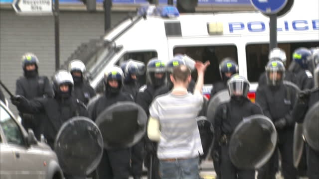 vidéos et rushes de exterior shots of a rioter trying to provoke riot police, riot police charging in formation during the london riots on august 8, 2011 in hackney,... - hackney
