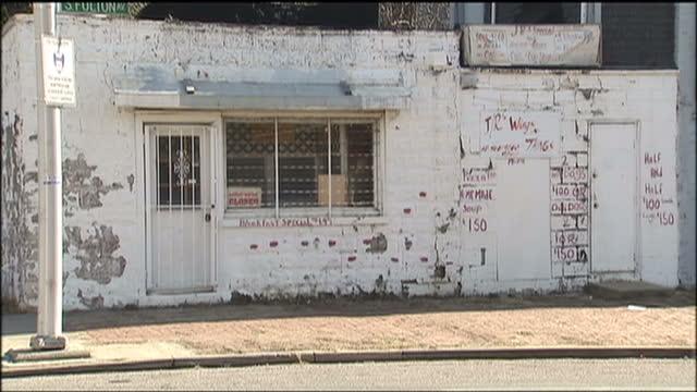 exterior shots of a rundown area in the carrollton ridge neighbourhood of baltimore>> on january 25 2009 in baltimore maryland - メリーランド州 ボルチモア点の映像素材/bロール