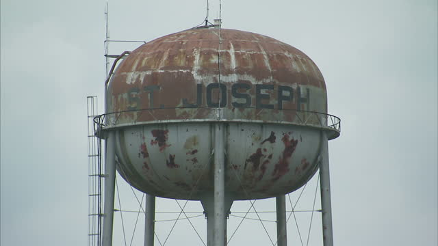 exterior shots of a rusted water tower and pipeline in st joseph louisiana>> on april 04 2016 in baton rouge louisiana - baton rouge stock-videos und b-roll-filmmaterial