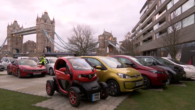 stockvideo's en b-roll-footage met exterior shots of a selection of 25 alternatively fuelled cars on display near tower bridge including the renault twizy and nissan leaf >> on... - hybride voertuig