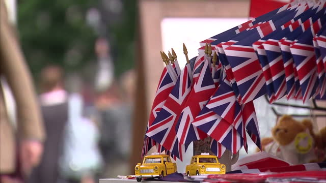 exterior shots of a stall selling union jack flags and other souvenirs near the adlon hotel and brandenburg gate during the queen's state visit to... - 2015 stock-videos und b-roll-filmmaterial