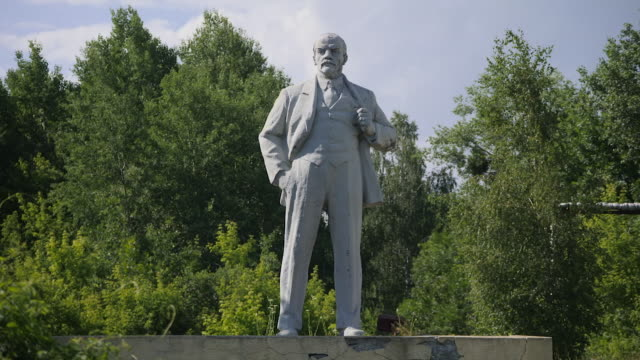 exterior shots of a statue of lenin on a crumbling concrete base on 10 june 2019 in pripyat ukraine - comunismo video stock e b–roll