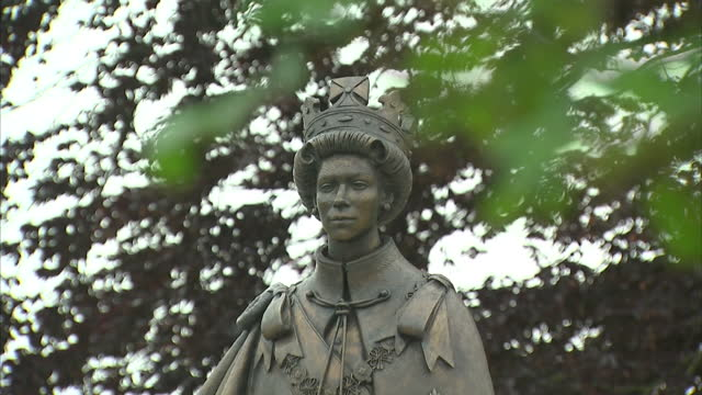 vídeos de stock e filmes b-roll de exterior shots of a statue of queen elizabeth ii, based on portraits from 1954 and 1969, that was unveiled at runnymede pleasure grounds to... - magna carta documento histórico