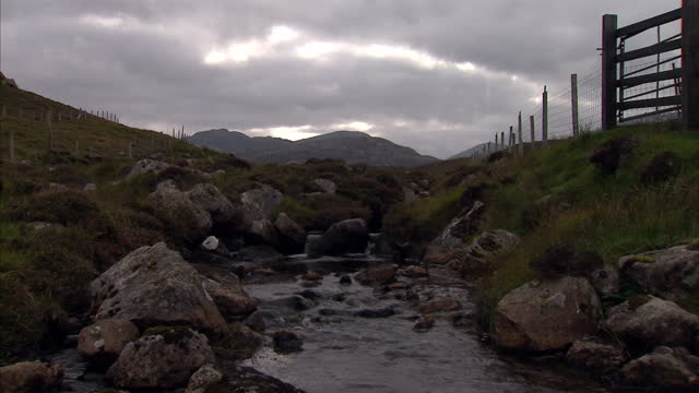 exterior shots of a stream flowing through the hills on isle of lewis, with an overcast, grey sky. shot in autumn. stream flowing though hills on... - äußere hebriden stock-videos und b-roll-filmmaterial