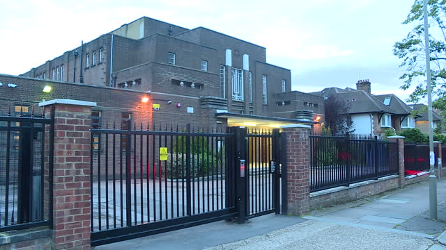 vídeos y material grabado en eventos de stock de exterior shots of a synagogue in golders green with people walking in through the entrance gates and cctv cameras on the wall on 18 august 2017 in... - golders green