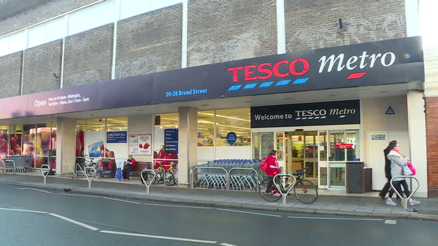 exterior shots of a tesco metro shop in teddington on january 06 2017 in london england - tesco点の映像素材/bロール