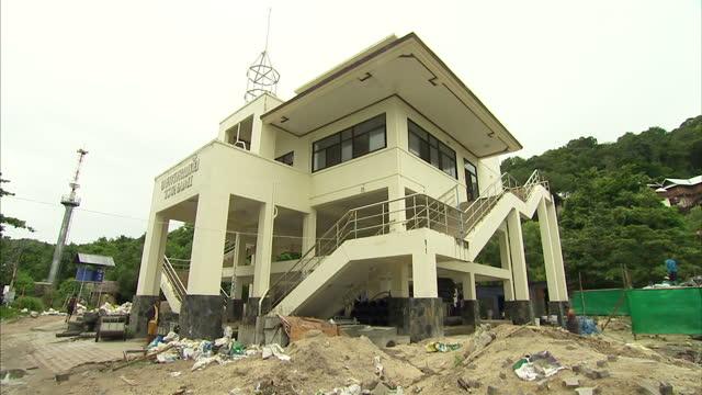 exterior shots of a tsunami shelter building, erected in the wake of the 2004 boxing day tsunami on august 27th, 2014 in koh phi phi, thailand. - provinsen krabi bildbanksvideor och videomaterial från bakom kulisserna