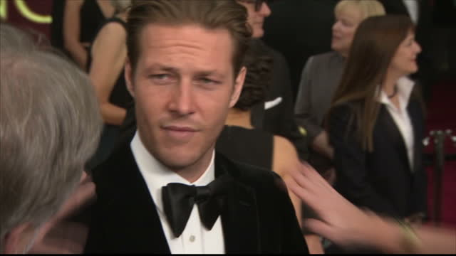 exterior shots of actor luke bracey speaking to reporters on the red carpet at the oscars, talking about working with director mel gibson in 'hacksaw... - ベルベット点の映像素材/bロール