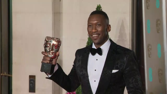 exterior shots of actor mahershala ali posing with his bafta award on the bafta after party red carpet on 10th february 2019 in london england n - 英国アカデミー映画賞点の映像素材/bロール