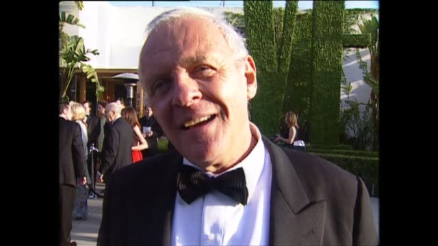 vidéos et rushes de exterior shots of actor sir anthony hopkins speaking to the press on the red carpet for the 71st academy awards at the dorothy chandler pavilion on... - anthony hopkins