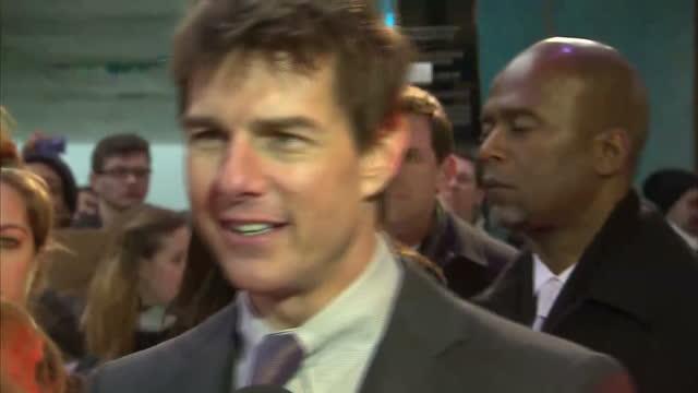 exterior shots of actor tom cruise being interviewed by reporters at premiere of oblivion - tom cruise bildbanksvideor och videomaterial från bakom kulisserna