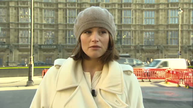 vidéos et rushes de exterior shots of actress gemma arterton speaking about gender inequalities in salaries outside the houses of parliament on december 16, 2014 in... - genre de la personne