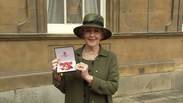 exterior shots of actress patricia hodge posing with her obe outside buckingham palace on november 14 2017 in london england - patricia hodge stock videos and b-roll footage