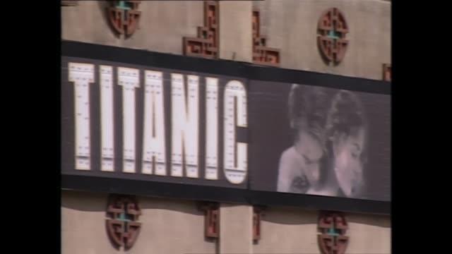 vidéos et rushes de exterior shots of advert for james cameron's titanic on 24th november 1998 in los angeles, unites states. - titanic
