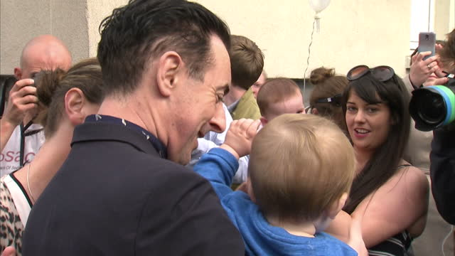 exterior shots of alan cumming campaigning with vote yes supporters on september 8, 2014 in glasgow, scotland. - alan cumming stock videos & royalty-free footage