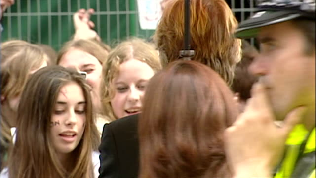exterior shots of alan rickman signing autographs at the premiere of harry potter and the prisoner of azkaban. on may 30, 2004 in london, england. - アラン・リックマン点の映像素材/bロール