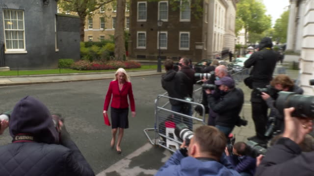 vídeos de stock e filmes b-roll de exterior shots of amanda milling, mp minister without portfolio at the cabinet office and co-chairman of the conservative party arriving ahead of... - partido conservador britânico