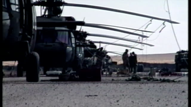 exterior shots of american soldiers carrying out maintenance and checks on apache and black hawk helicopters in saudi arabia a few days before the... - operation desert storm bildbanksvideor och videomaterial från bakom kulisserna