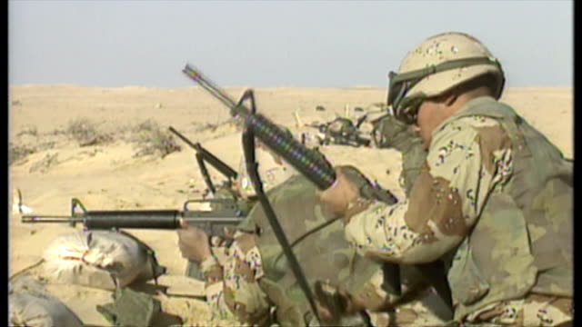 exterior shots of american soldiers taking part in a training exercise in the saudi arabian desert during operation desert shield with some soldiers... - operation desert storm bildbanksvideor och videomaterial från bakom kulisserna