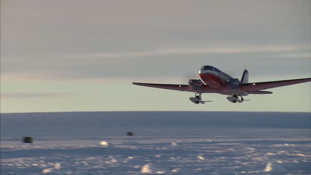 vidéos et rushes de exterior shots of an antarctic logistics centre international twin propeller plane taking off from novolazarevskaya station to take the walking with... - plateau caractéristiques de la terre