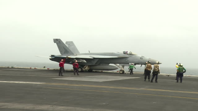 stockvideo's en b-roll-footage met exterior shots of an f18 us navy fighter jet taking off from the deck of the uss abraham lincoln on 12 august 2019 in the arabian gulf bahrain - amerikaanse zeemacht