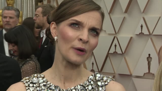 vidéos et rushes de exterior shots of an interview with composer hildur gudnadottir at the 92nd academy awards on 9 february 2020 at the dolby theatre, los angeles, usa - interview format raw