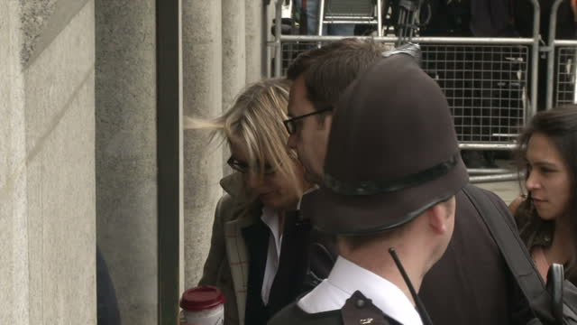 vídeos de stock, filmes e b-roll de exterior shots of andy coulson, former communications director for david cameron and ex-news of the world editor, arriving at the old bailey.>> on... - ex