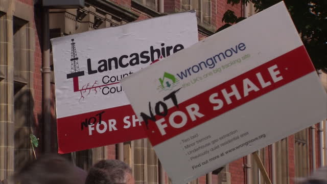 stockvideo's en b-roll-footage met exterior shots of antfracking protesters demonstrating against the approval of two shale gas exploration sites in lancashire>> on june 23 2015 in... - schalie