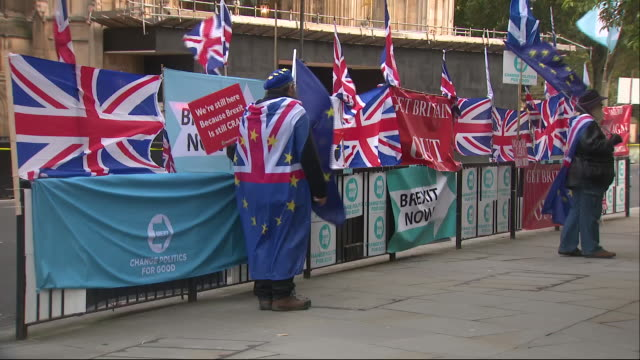 stockvideo's en b-roll-footage met exterior shots of anti brexit and pro brexit protesters demonstrating in london on 28 october 2019 in westminster, london, england. - brexit