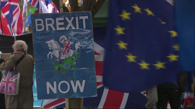stockvideo's en b-roll-footage met exterior shots of anti brexit and pro brexit protesters demonstrating in london on 28 october 2019 in westminster, london, england - brexit
