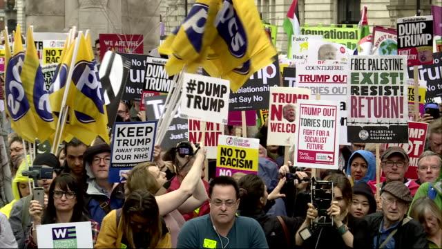 vídeos y material grabado en eventos de stock de exterior shots of anti donald trump protest during his visit to the uk on 4th june 2019 in london, england. - visita de estado