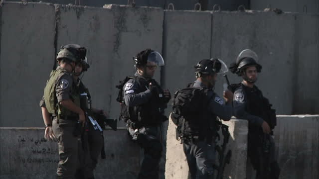 stockvideo's en b-roll-footage met exterior shots of armed israeli border police or idf personnel near the west bank barrier in bethlehem>> on october 06 2015 in bethlehem west bank - israëlisch leger