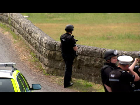 vidéos et rushes de exterior shots of armed police manning a road block across a bridge near rothbury as they continue the manhunt for killer raoul moat roadblocks set... - nord est de l'angleterre